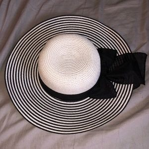 Accessories - Black and white Floppy hat